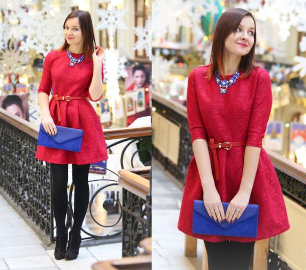 granatowa kopertówka i czerwona sukienka damska
