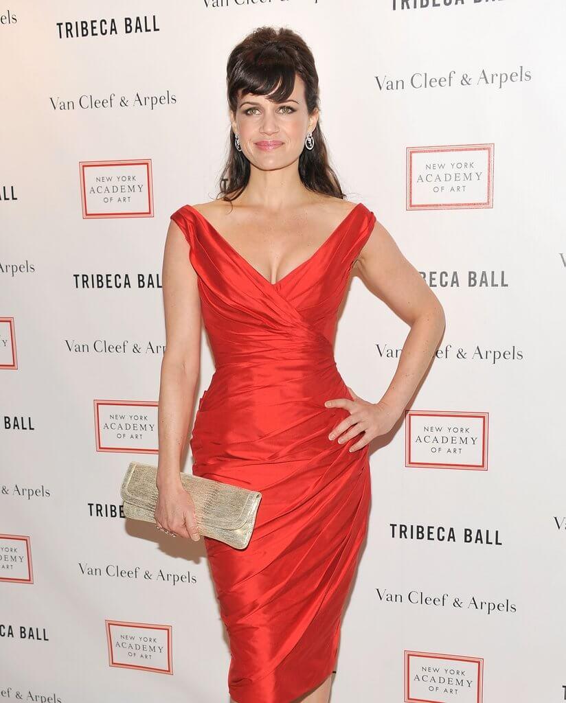 złota torebka i czerwona sukienka